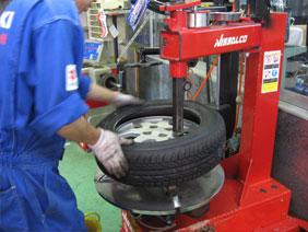 タイヤチェンジャーによるタイヤ交換の風景